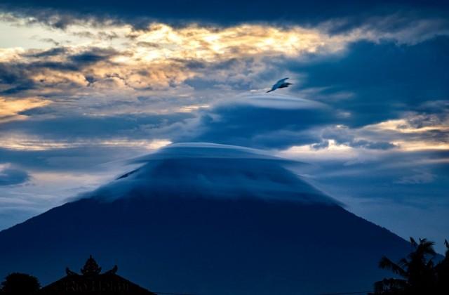 Gunung Agung lenticular+heron